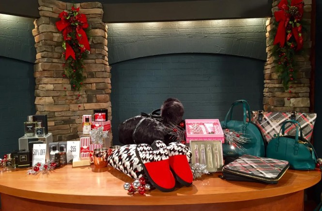 west town mall, vera bradley, art of shaving, west town mall style consultant, elizabeth ogle, ten news this morning, gift guide for girls and guys, gift guide