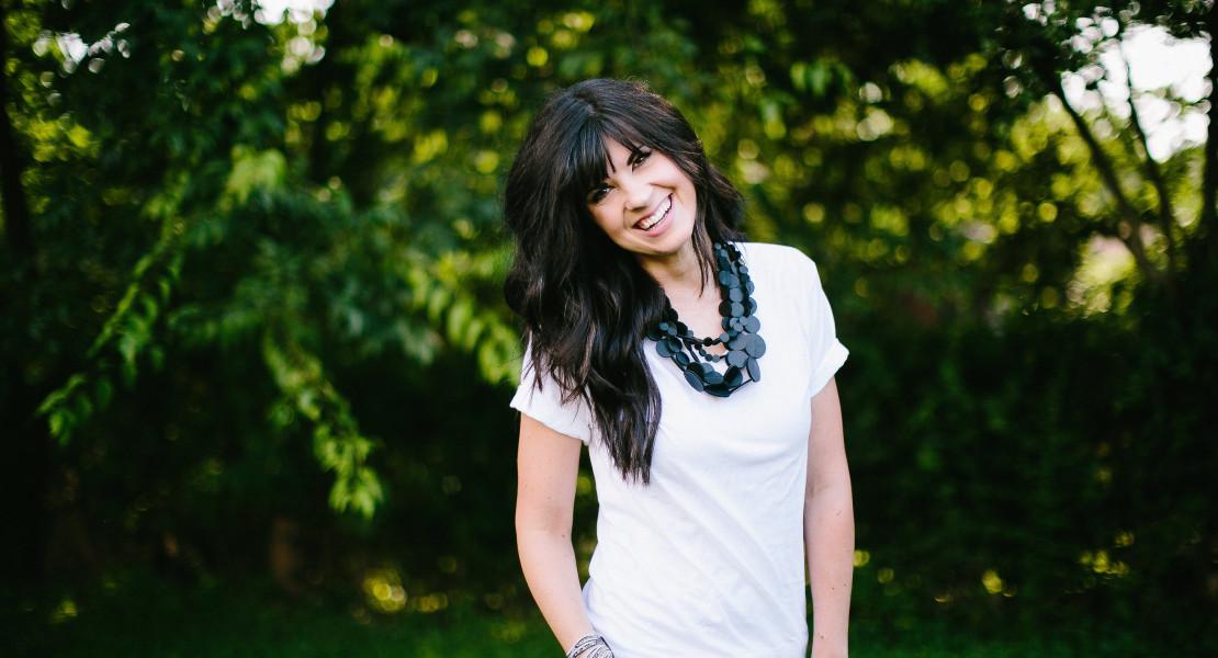 how to style a white shirt, knoxville fashion, mom blog, mom style, white shirt, elizabeth ogle